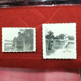 老照片(2张合售)(有意思的是拍照人不知道自己反被拍)