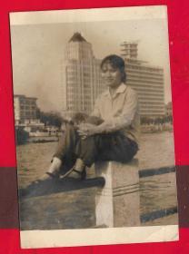 --广州【60年代----美女在珠江边照片。】一张。品如图。内照片尺寸9.1*6.1CM。