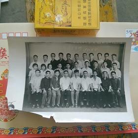 合影照片一张,欢送同志。1980年