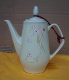 花儿朵朵象牙黄茶壶高20厘米腹径9厘米(旧壶)