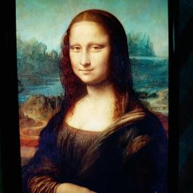 """世界名十大名画排名第一是达芬奇的蒙娜丽莎。(装饰画)意大利·达芬奇(1452-----1519年)他画了4年时间才完成这幅不朽巨作。一土豪花4亿五千万美元想买这幅画,被拒绝。它柔和的光线和自然的过度色彩,使女子的逆光轮廓,协调而自然,它被艺术史学家称作""""渐隐法""""的色彩技巧…………此画配框特制精美。(镜框造价高)此画可悬挂于办公室、教室、书房等处,彰显您的高雅气质和文化品味。物美价廉。"""