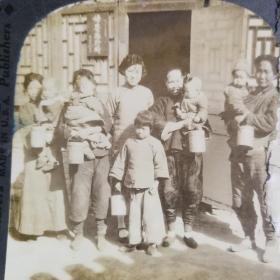【清代立体照片】1900年北京一群妇女在妇婴诊所院内立体照片