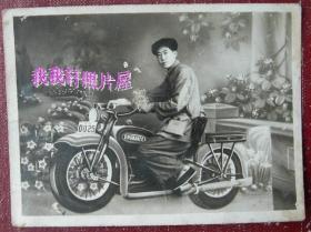 老照片:背盒子枪、骑摩托车,照相馆道具—22岁在辽宁沈阳康平县十区政府工作时,1953年8月摄,背面有字题【韶华胜极系列】