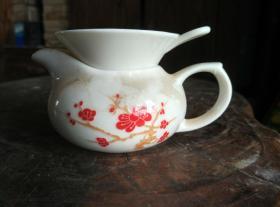 白瓷红梅花茶壶和篦子一对。喝茶用具。