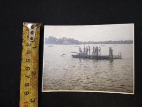 民国风景照片  湖边泳装男女