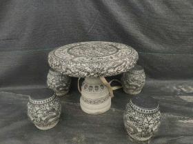 青石龙桌一套,雕工精细,雕龙栩栩如生,高端大气之物。庭院会所必备之物。尺寸直径一米高78。