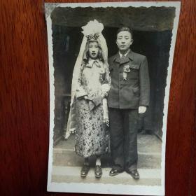 民国结婚合影银盐老照片,女子婚纱非常特色。(大涨原照,背面有签字)
