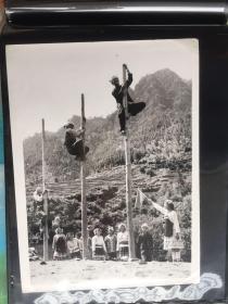 五六十年代原版老照片 少数民族爬高比赛  (早期摄影记者拍摄)