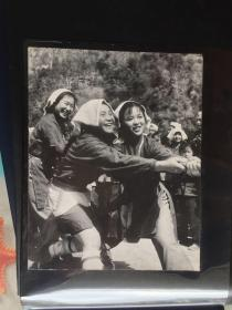 五六十年代原版老照片 少数民族拔河比赛    (早期摄影记者拍摄)