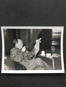 老照片:文革期间主席看报照片一张