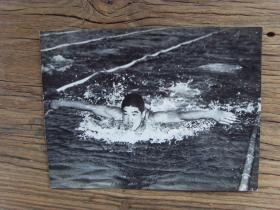 1957年,中日青年游泳对抗赛,日本选手夺得男子100米蝶泳冠军