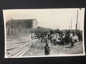 民国初期上海四川北路横浜桥华生电器制造厂旁的丧事队伍及周边景象,细节清晰、内容丰富、品好难得