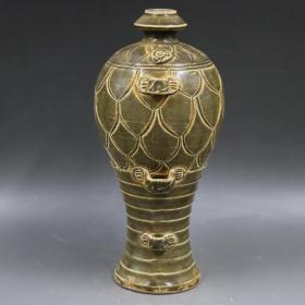 越窑浮雕刻花纹梅瓶