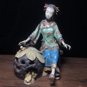 當代瓷雕名家林偉東作品  養雞少女擺件一個  高22公分,寬17公分,特價1200包郵。