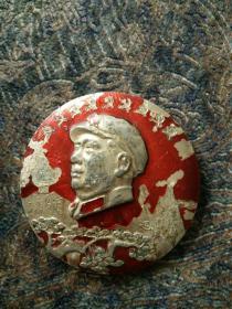 毛主席像章,正面,毛主席诗,背面衡阳木材综合加工厂革命委员会,文革时代铝合金制。