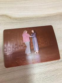 音乐类收藏:钢琴家黄爱莲1982年签赠周广仁照片一张之二