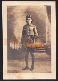 民国老照片,打着绑腿的戴眼镜女军官,腰间佩戴者手枪,应该有一定级别