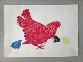 饲雏 母鸡和小鸡觅食 传统手工剪纸 民间艺术 托裱 (年代:2000年)