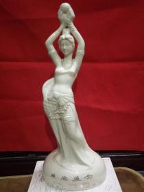 """广东省珠海市代表性,标志性景点--《珠海渔女》瓷质雕塑。90年代初,广东省人大常委会特别赠送给荣获珠海市""""荣誉市民""""的外籍人士的珍贵礼物。"""