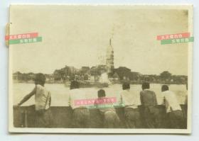 民国日军占领安徽安庆市后在振风塔对岸拍照老照片。