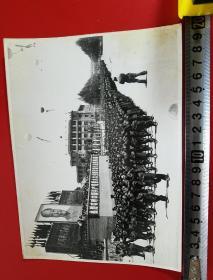 1969年,昆明市工农兵学商各界革命群众,举行大型游行聚会,庆祝党的