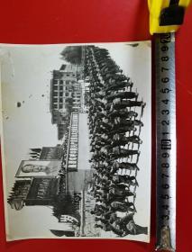 1969年,昆明市工农兵学商各界革命群众,举行大型游行聚会,大幅照片一套(三十余张,20X15厘米,每张价恪1000元,不折零