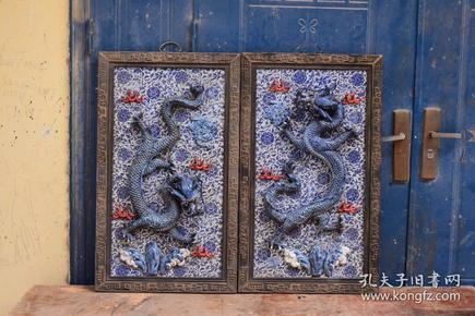 大清乾隆年制款   紅木雕花框鑲青花纏枝蓮凸雕飛龍在天掛屏一對 雕工沒得說,美侖美奐,大氣磅礴,高約90厘米,寬53厘米。