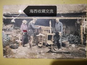 民国彩色明信片:三个农夫与稻谷加工机