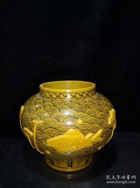 白滸孤窯底款·黃釉浮雕鯉魚大罐一個  高約22.5厘米 最寬直徑約22厘米,保存的相當完整,近全品·