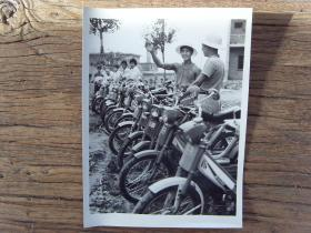 1984年,河南伊川县城关镇,60人组成的摩托车建筑队