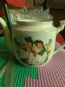 少见。五十年代〈古妆戏曲〉小茶壶。没有盖子