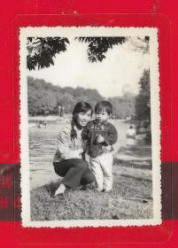 --广州【60年代----美女母子在江边照片。】一张。品如图。内照片尺寸8.3*5.9CM。