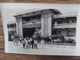1984年,河南沁阳县五街村,玻璃钢厂农民下班回家