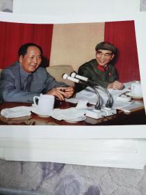 一九六九年四月,毛主席和他的亲密战友林彪副主席在中国共产党第九届中央委员会第一次全体会议上。