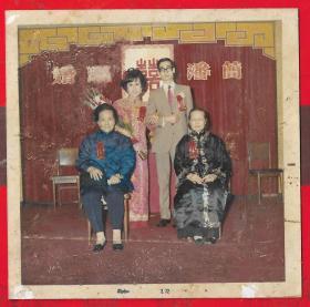 --手工上色。「香港50年代结婚照片」。一张。品如图尺寸:长8.9宽8.8(cm)。