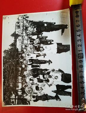 1969年,昆明市工农兵学商各界革命群众举行大型游行集会,庆祝党的
