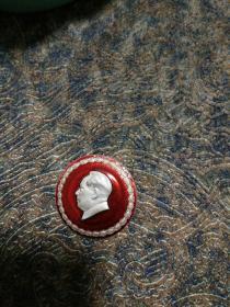 毛主席像章,背面,光辉无际的毛泽东思万岁,下方,新华材料厂革命大联合纪念。