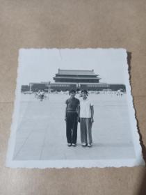 老照片:文革俩美女1967年北京天安门留念