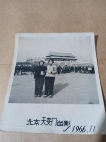 老照片:文革俩美女手握语录 1966年北京天安门留念
