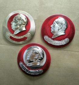 毛主席像章,3枚一套保真。4.5CM。反面北京部队制,五好战士证章。正面红,黄,白三色做毛主席的好战士图案