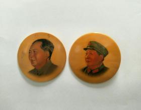 毛主席塑料像章,2枚自配一套保真。4.5CM。反面江西龙南,毛主席万岁。正面载帽,无帽花案