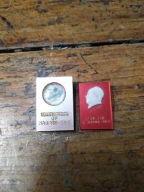 英文版――毛主席像章两个合售
