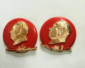 毛主席像章。2枚配一套,3.5CM。反面1、毛泽东思想胜利万岁,北舰,2、毛主席万岁北海舰队。正面1、帆船,2、舰艇图案