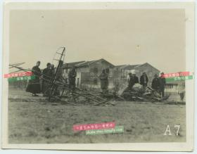 民国1930年代淞沪事变中被国军击落的日本飞机残骸老照片,有国军士兵军官在勘察现场