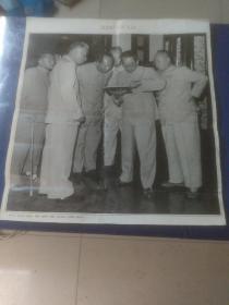 邓小平,刘少奇,毛泽东,彭真,周恩来,陈毅在一起观看一部古书(宣传画)