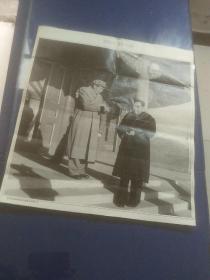 毛泽东和周恩来在中南海丰泽园门口