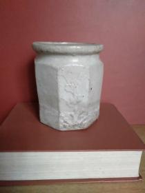 八边形笔筒·陶土陶瓷类圆口八边形梅花笔筒【高11.5厘米,上面和下面的周长各10厘米】