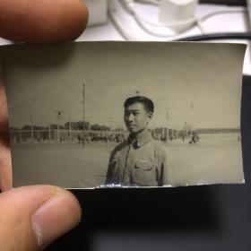 一位先生的五张老照片,跨越40多年。第一张是民国时期照片,青年时代。第二三张是民国时期照片,中年。第四张老年,时间1964年。另一张是其夫人照片,时间是1961年。(卖家不懂照片,买家自鉴,售后不退)