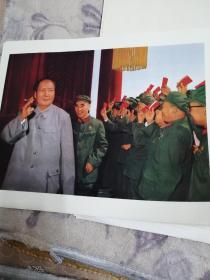 一九七O年十月一日,毛主席和他的亲密战林彪副主席在天安门城楼上。