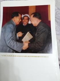 毛主席在第三届全国人民代表大会开会期间,接见科学界代表钱学森和农民代表陈永贵。